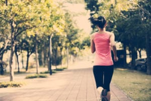 spirulina para atletas : mulher correndo