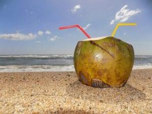 como evitar a ressaca: agua de coco na praia