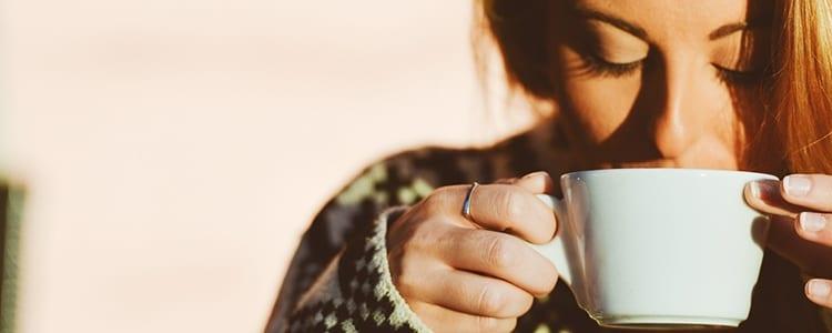 como evitar a ressaca: mulher bebendo de uma taça